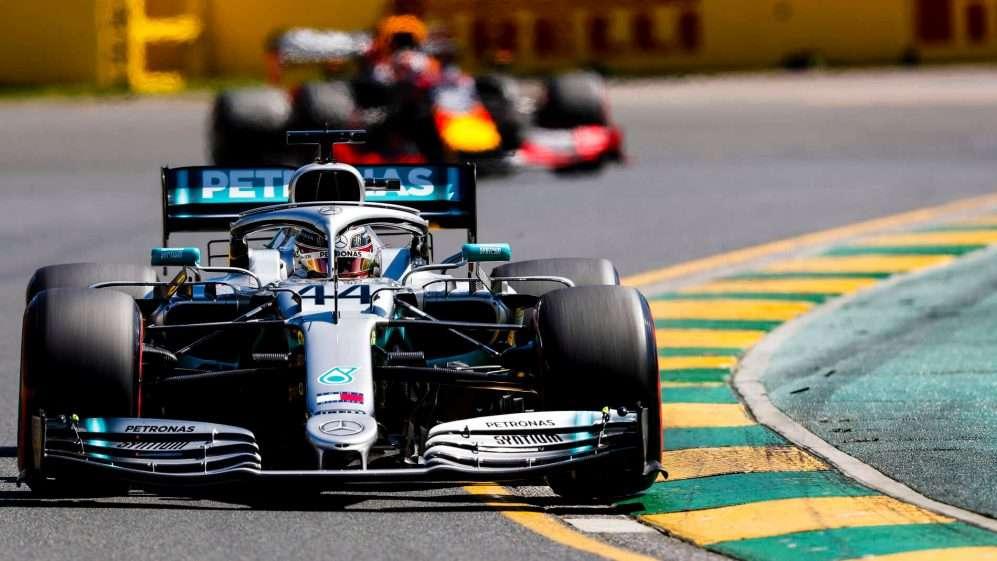 Hamilton empieza liderando los primeros entrenamientos del año