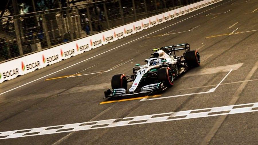 Mercedes suma en Bakú su tercera primera fila del año